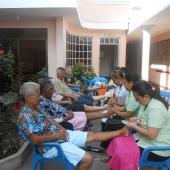 Dando terapia a los ancianos del Albergue